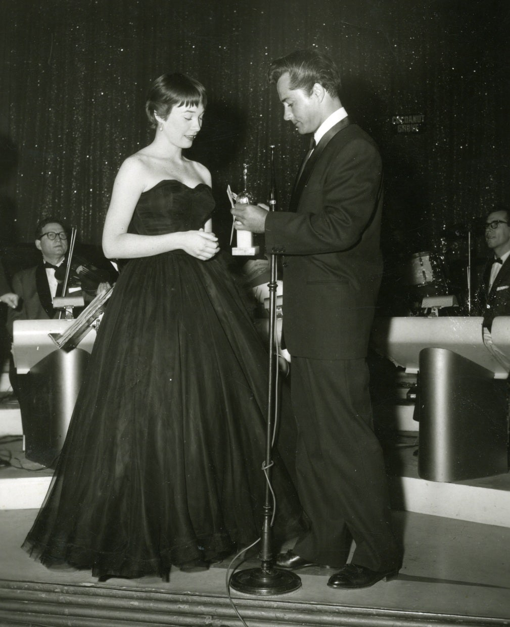 Shirley MacLaine receives a special award at the 1959 Golden Globes