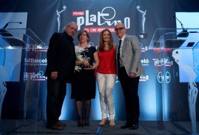 From left: Edward James Olmos, Rocío Ayuso (accepting on behalf of the HFPA), Elvi Cano y Juan Carlos Arciniegas